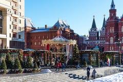 Moscú, Rusia - 9 de enero de 2018: Viaje del festival de Moscú a la Navidad Los árboles iluminados del Año Nuevo en Manezhnaya aj Imagen de archivo