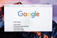 Moscú/Rusia - 20 de febrero de 2019: búsqueda para los vuelos baratos de la palabra en Google foto de archivo