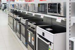 Moscú, Rusia - 2 de febrero 2016 cocinas en Eldorado, tiendas de cadena grandes que venden electrónica imagen de archivo libre de regalías