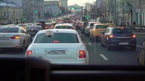 MOSCÚ, RUSIA - 16 DE FEBRERO DE 2019: Conducción de automóviles blanca de lujo en una ciudad almacen de metraje de vídeo