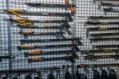 Moscú, Rusia - 25 de febrero de 2017: Coloqúese con los spearguns para la caza y la pesca subacuáticas fotos de archivo