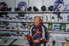 Moscú, Rusia - 25 de febrero de 2017: El vendedor en la exposición está esperando a compradores de los motores del barco y de los Fotos de archivo libres de regalías