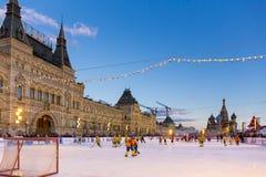 MOSCÚ, RUSIA - 27 DE FEBRERO DE 2016: La opinión del invierno sobre Plaza Roja con la GOMA y el patín patinan adonde fue sostenid Imagen de archivo