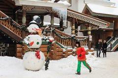 Moscú, Rusia - 25 de febrero de 2012: Muñeco de nieve grande en el cuadrado Fotografía de archivo