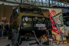 Moscú, Rusia - 25 de febrero de 2017: Presentación del coche de UAZ con la adaptación adicional en la caza y la pesca de la expos Imagenes de archivo