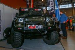Moscú, Rusia - 25 de febrero de 2017: Presentación del coche de UAZ con la adaptación adicional en la caza y la pesca de la expos Imagen de archivo libre de regalías