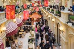 Moscú, Rusia - 11 de febrero de 2018 Decoración festiva por Año Nuevo chino en goma de la tienda Foto de archivo