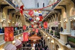Moscú, Rusia - 11 de febrero de 2018 Decoración festiva por Año Nuevo chino en goma de la tienda Imagen de archivo