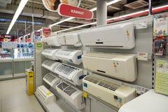 Moscú, Rusia - 2 de febrero 2016 El equipo de aire acondicionado en Eldorado es tiendas de cadena grandes que venden electrónica Fotografía de archivo libre de regalías
