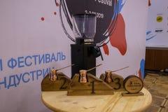 Moscú, Rusia - 3 de febrero de 2019 Festival del café de Cezve Tabla con los premios fotografía de archivo