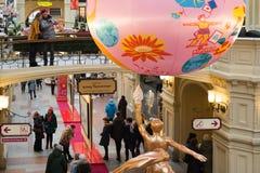 Moscú, Rusia - 11 de febrero de 2018 Interior de la goma de la tienda con las decoraciones del ` s del Año Nuevo Imagenes de archivo