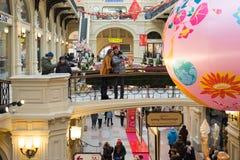 Moscú, Rusia - 11 de febrero de 2018 Interior de la goma de la tienda con las decoraciones del ` s del Año Nuevo Fotos de archivo libres de regalías