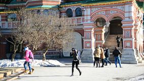 Moscú, Rusia - 18 de febrero 2016 La gente circunda la catedral de la albahaca del St en Plaza Roja almacen de video