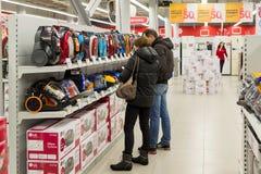 Moscú, Rusia - 2 de febrero 2016 Los clientes eligen un aspirador en Eldorado, venta grande de las tiendas de cadena Fotos de archivo libres de regalías