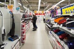 Moscú, Rusia - 2 de febrero 2016 Los clientes eligen un aspirador en Eldorado, venta grande de las tiendas de cadena Imagen de archivo