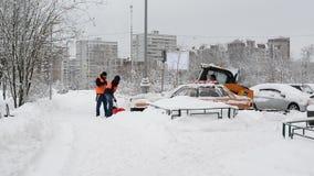 Moscú, Rusia - 4 de febrero 2018 Los trabajadores quitan nieve usando las palas y los tractores metrajes