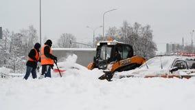 Moscú, Rusia - 4 de febrero 2018 Los trabajadores quitan nieve usando las palas y los tractores almacen de metraje de vídeo