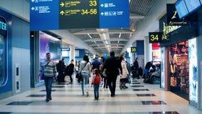 Moscú, Rusia 22 de febrero 2016: Pasajeros que caminan dentro del aeropuerto de Domodedovo, uno de los aeropuertos modernos en Ru almacen de metraje de vídeo