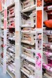 MOSCÚ, RUSIA - 15 DE FEBRERO, 201: rollo del papel pintado en Leroy Merlin Store Leroy Merlin es mejoras para el hogar y un garde Fotografía de archivo
