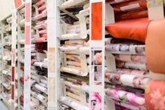 MOSCÚ, RUSIA - 15 DE FEBRERO, 201: rollo del papel pintado en Leroy Merlin Store Leroy Merlin es mejoras para el hogar y un garde Imagen de archivo
