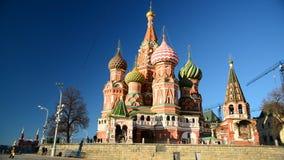 Moscú, Rusia - 18 de febrero 2016 Santo Basil Cathedral y pendiente de Vasilevsky de la Plaza Roja almacen de video
