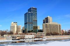 Moscú, Rusia - 14 de febrero de 2019: Terraplén y reflexión de Krasnopresnenskaya en agua imagen de archivo