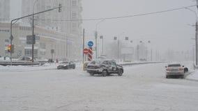 Moscú, Rusia - 4 de febrero 2018 Trafique en el camino después de nevadas pesadas en Zelenograd almacen de video