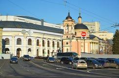 MOSCÚ, RUSIA - 18 de febrero 2016 Visión Gostiny Dvor y templo del gran mártir Varvara en Vasilyevsky Spusk Imágenes de archivo libres de regalías