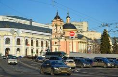 MOSCÚ, RUSIA - 18 de febrero 2016 Visión Gostiny Dvor y templo del gran mártir Varvara en Vasilyevsky Spusk Foto de archivo