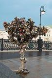 Moscú, Rusia - 17 de julio de 2008: Cerraduras de la boda en un árbol del metal en el puente de Luzhkov en Moscú foto de archivo libre de regalías
