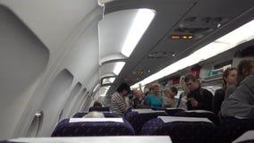 Moscú, Rusia - 4 de julio de 2017: La gente que entra en la cabina de un aeroplano y busca sus lugares almacen de metraje de vídeo
