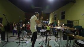 Moscú, Rusia - 25 de julio de 2018: El batería loco está bailando en etapa El batería calienta el público Apriete divirtiéndose y metrajes