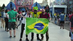 Moscú, Rusia - 2 de julio de 2018: las fans toman imágenes con la bandera brasileña durante el 21ro mundial de la FIFA almacen de metraje de vídeo