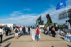 MOSCÚ, RUSIA - 24 de julio 2017 Sistemas automotores del radar en el salón internacional MAKS-2015 de la aviación y del espacio Imagen de archivo libre de regalías
