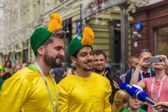 Moscú, Rusia - 26 de junio de 2018: aficionados al fútbol en la calle de Nikolskaya Fotografía de archivo libre de regalías