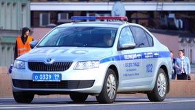 MOSCÚ, RUSIA - 11 de junio de 2017 Coche patrulla ruso de Skoda Octavia de la policía del camino con la barra ligera encendido almacen de video