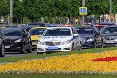 Moscú, Rusia - 9 de junio de 2018: Comitiva del automóvil con el coche policía a continuación en la avenida de Kutuzovsky en Mosc imagen de archivo