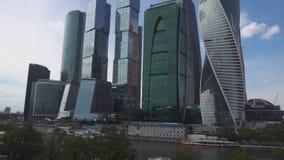 Moscú, Rusia - 29 de junio de 2017: Ciudad internacional del centro de negocios de los rascacielos - ciudad de Moscú almacen de video