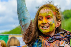 Moscú, Rusia - 3 de junio de 2017: El niño de la muchacha goza sinceramente de qué está sucediendo en el festival del color de Ho Imagenes de archivo
