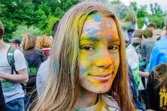 Moscú, Rusia - 3 de junio de 2017: El retrato de un adolescente en el festival de los colores Holi, cara manchó con la pintura co Fotos de archivo libres de regalías