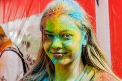 Moscú, Rusia - 3 de junio de 2017: El retrato de un adolescente hermoso con una cara manchó con la pintura en el evento de Holi Fotografía de archivo libre de regalías