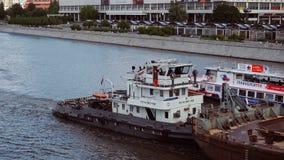 Moscú, Rusia - 28 de junio de 2017: La gabarra grande está navegando a lo largo del río de Moscú almacen de video