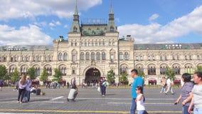 Moscú, Rusia - 28 de junio de 2017: La gente está caminando alrededor de Plaza Roja almacen de video