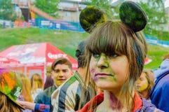 Moscú, Rusia - 3 de junio de 2017: Pulverizan a la muchacha de Cosplay vestida en un traje de Minni Mouse con los tintes multicol Imagenes de archivo