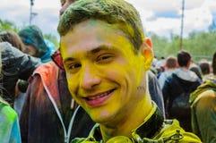 Moscú, Rusia - 3 de junio de 2017: Retrato del adolescente sonriente en pintura amarilla en el verano Holly Colors Festival Imágenes de archivo libres de regalías