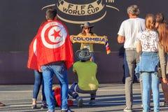Moscú, Rusia - 28 de junio de 2018: Fotografían a la mujer joven con la bufanda del equipo de fútbol de Columbia en un Fest 2018  Imagen de archivo