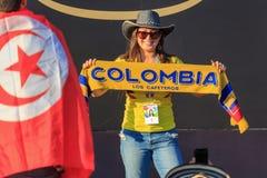 Moscú, Rusia - 28 de junio de 2018: Fotografían a la mujer joven con la bufanda del equipo de fútbol de Columbia en un Fest 2018  Foto de archivo