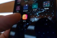 Moscú, Rusia - 23 de junio de 2018: Instagram IGTV El hombre presiona el teléfono IGTV del botón Primer del icono IGTV editorial Fotografía de archivo