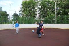 Moscú, Rusia 5 de junio de 2015: partido de balonvolea en la yarda imagenes de archivo