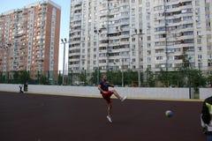Moscú, Rusia 5 de junio de 2015: partido de balonvolea en la yarda Individuo en el salto fotografía de archivo libre de regalías